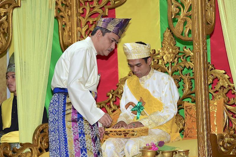 Penganugerahan Gelar Adat Melayu Riau Datuk Seri Ulama Setia Negara kepada Tuan Abdul Somad (Foto Dok. Gaung Riau)