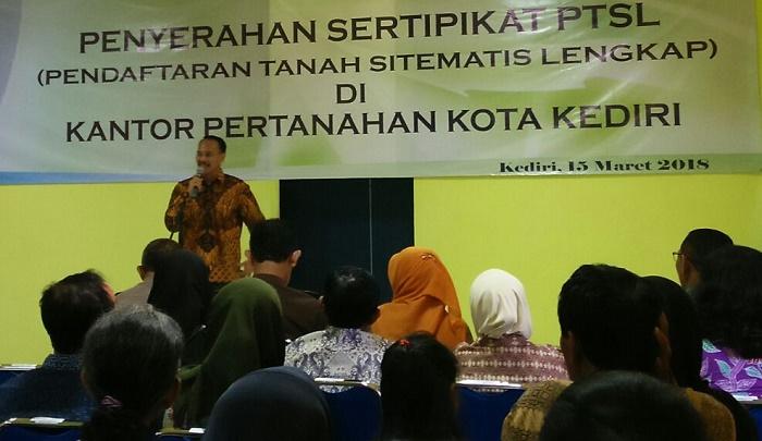 Penyerahan Sertifikat Tanah di Kediri (Foto Istimewa Nusantaranews.co)