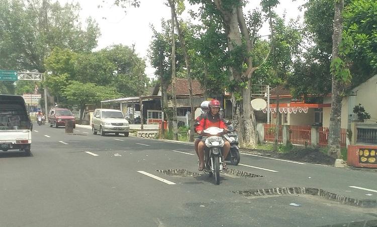 Perbaikan Jalan Ponorogo-Wonogiri (Foto Nurcholis/Nusantaranews.co)