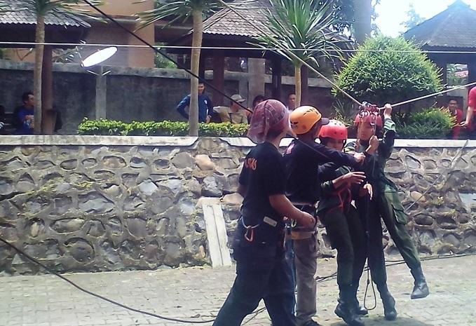 Peserta pelatihan SAR berlatih pionering dan mountenering (Foto Istimewa/Nusantaranews.co)