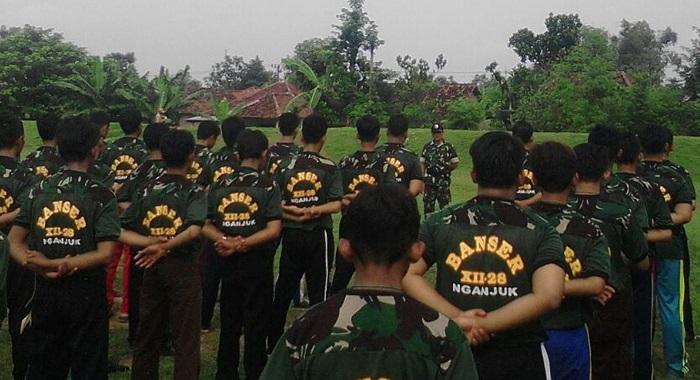 Ratusan Banser memperoleh pendidikan dari anggota TNI Nganjuk (Foto Nusantaranews.co/Rantelino)