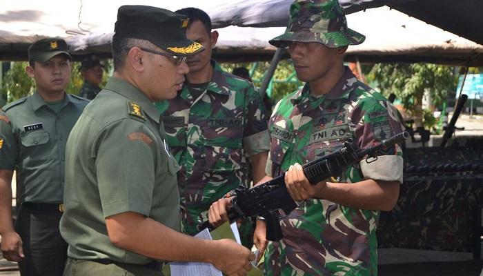 Pemeriksaan senjata prajurit Yonif 511/DY oleh Letkol Arh Bambang Sukisworo dan Serka Redy dari Mabesad sebelum diterjunkan untuk operasi di Pamtas Darat RI-Malaysia. (Foto: Doni/NusantaraNews)