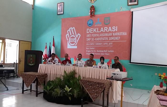 Dinas Pendidikan (Disdik) Kabupaten Sumenep dan SMP se-Kabupaten Sumenep deklarasi anti narkoba. (Foto: Danial Kafi/NusantaraNews)
