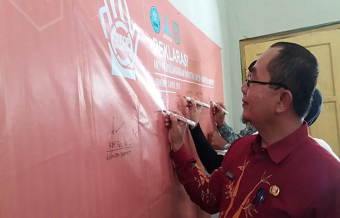Kepala Dinas Pendidikan Kabupaten Sumenep A Shadik Kepala Dinas Pendidikan Sumenep memubuhka tanda tangan sebagai bentuk penolakan terhadap narkotika. (Foto: Danial Kafi/NusantaraNews)