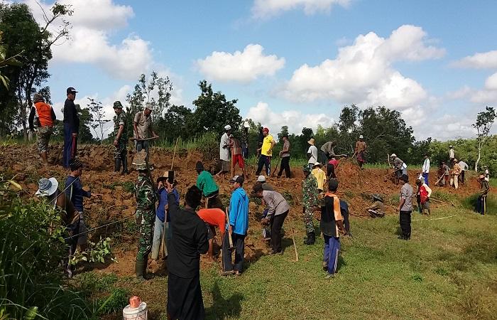 Warga bersama Pemerintah Desa Matanair gelar gotong royong melakukan pelebaran jalan di dusun Kaleleng. (Foto: Mahdi Alhabib/NusantaraNews)