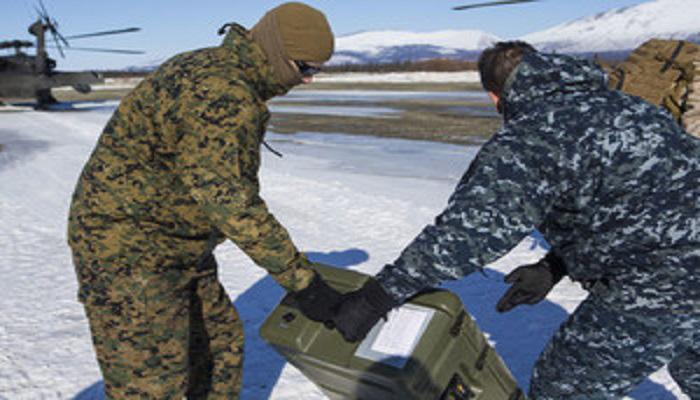 Personel awak helikopter UH-60 Black Hawk mempersiapkan peralatan saat meninggalkan Kotzebue, Alaska dalam latihan bertajuk Arctic Care 2018 yang disponsori Departemen Pertahanan Amerika Serikat. (Foto: Foto Marine Corps /Lance Cpl. Ricardo Davila)