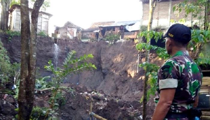 TNI dan pejabat Bodowoso menyambangi kediaman warga di sekitar bantaran Sungai Kampung Templek yang mengalmi longsor. (Foto: Han/Istimewa)