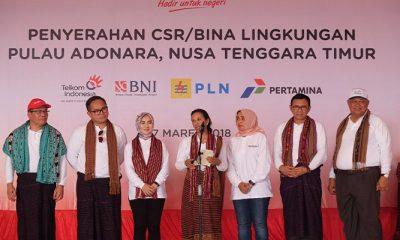 Menteri BUMN RI Rini M. Soemarno (tengah), bersama Direktur Utama Telkom Alex J. Sinaga (paling kiri), Direktur Utama Bank Mandiri Kartika Wirjoatmodjo (ke-dua dari kiri), Direktur Sumber Daya Manusia Pertamina Nicke Widyawati (ke-tiga dari kiri), Direktur Utama ASDP Ira Puspa Dewi (ke-tiga dari kanan), Direktur Utama BNI Achmad Baiquni (ke-dua dari kanan), Direktur Bisnis Regional Jawa Bagian Timur, Bali dan Nusa Tenggara PLN Djoko Rahardjo Abu Manan (paling kanan) saat acara penyerahan CSR BUMN Hadir untuk Negeri di Desa Hinga, Pulau Adonara awal Maret 2018. (Foto: Istimewa)