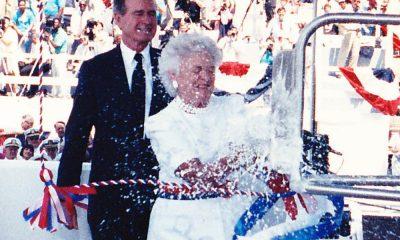 Barbara Bush saat memecahkan sampanye di Kapal Induk AS tahun 1990 (Navy Photo/Nusantaranews.co)