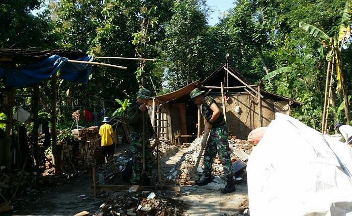 Bersama Warga, Anggota TNI Dirikan Rumah Warga Miskin Ponorogo