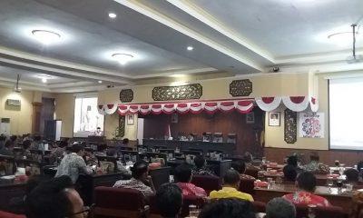 Bupati Sumenep menyampaikan Laporan Keterangan Pertanggung Jawaban (LKPJ) akhir tahun 2017 kepada DPRD. (Foto: Mahdi Alhabib/NusantaraNews)