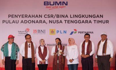 Menteri BUMN RI Rini M. Soemarno (tengah), bersama Direktur Utama BNI Achmad Baiquni (ke-dua dari kanan), Direktur Utama Bank Mandiri Kartika Wirjoatmodjo (ke-dua dari kiri), Direktur Utama ASDP Ira Puspa Dewi (ke-tiga dari kanan), Direktur Utama Telkom Alex J. Sinaga (paling kiri), Sumber Daya Manusia Pertamina Nicke Widyawati (ke-tiga dari kiri), dan Direktur Bisnis Regional Jawa Bagian Timur, Bali dan Nusa Tenggara PLN Djoko Rahardjo Abu Manan (paling kanan) saat acara penyerahan CSR BUMN Hadir untuk Negeri di Desa Hinga, Pulau Adonara pada awal Maret 2018. (Foto: Istimewa)