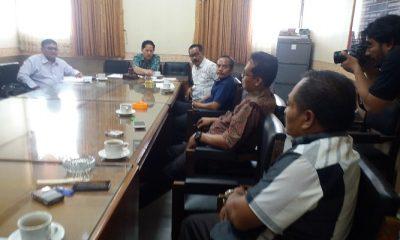 Komisi C DPRD Ponrogo berdebat dengan LSM 45 terkait laporan penyelenggaraan dana desa, Jumat (13/4/2018). (Foto: Muh Nurcholis/NusantaraNews)