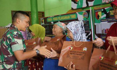Komandan Satuan Tugas (Dansatgas) Letkol Inf Fadli Mulyono menyalurkan bantuan sembako kepada masyarakat di lokasi TMMD ke-101 di desa Penatar Sewu, Kecamatan Tanggulangin, Kabupaten Sidoarjo. (Foto: Istimewa/NusantaraNews)