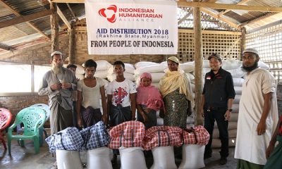 Indonesian Humanitarian Alliance (IHA) menyerahkan bantuan kemanusiaan kepada 658 kepala keluarga Rohingya di Myanmar. (Foto: Istimewa)