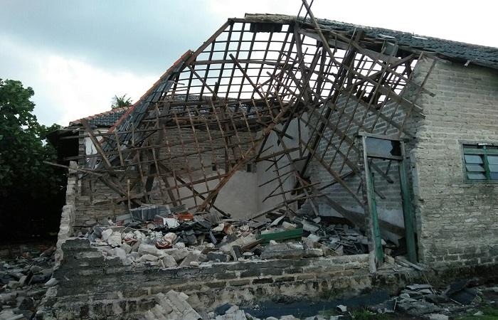 Rumah Warga di sapu angen puting beliunh di Desa Kalisangka, Kecamatan Arjasa, Kabupaten Sumenep. (Foto: Mahdi Alhabib/NusantaraNews)