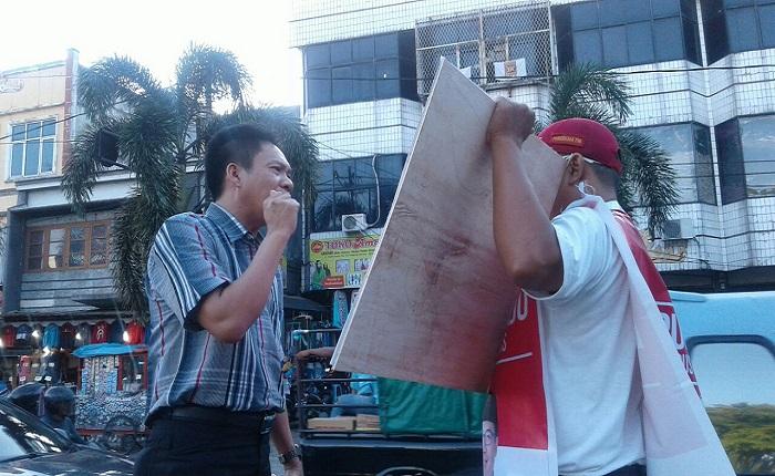 Panwaslu Kota Bandar Lampung membubarkan kampanye paslon cagub-wacagub Lampung, Rabu (4/4). (Foto: Riski Firmanto)