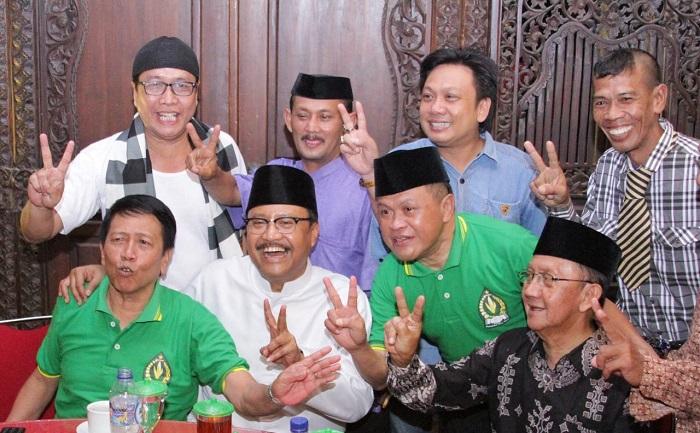 Seniman lokal senior Jawa Timur, Kirun, menyatakan dukungannya terhadap Calon Gubernur dan Wakil Gubernur Jawa Timur. (FOTO: NUSANTARANEWS.CO/Setya)