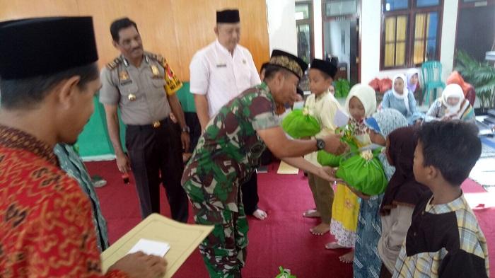 Danramil 0802/02 Madiun Kapten Chb Supriyanto saat mempemberkian santunan kepada anak yatim, Jum'at (6/4/2018). (FOTO: NUSANTARANEWS.CO/mc0803/Arief S)