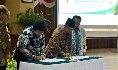 Menteri Lingkungan Hidup dan Kehutanan RI Siti Nurbaya dengan Ketua Umum PP Muhammadiyah melalukan penandatangann kesepakatan atau MoU di Gedung Manggala Wanabakti, Jakarta, Jumat (13/4/2018). (Foto: NUSANTARANEWS.CO/KLHK)