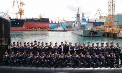 Panglima TNI bersama prajurit TNI AL yang akan mengawaki Kapal Selam KRI Ardadedali-404. (Foto: Puspen TNI)