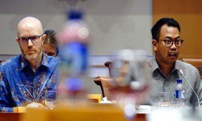 Kepala Kebijakan Publik untuk Indonesia Ruben Hattari dan Vice President of Public Policy untuk Asia Pasifik Simon Milner saat RDP dengan Komisi I DPR. (FOTO: NUSANTARANEWS.CO/Akt)