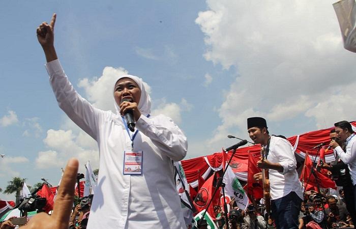 Calon gubernur dan wakil gubernur Jawa Timur, pasangan Khofifah Indar Parawansa dan Emil Dardak saat berkampanye. (Foto: NusantaraNews)