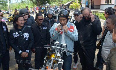 Jokowi menjajal sepeda motor hasil modifikasi Chopperland yang ia beli pada Sabtu (21/1) lalu seharga Rp 140 juta. (Foto: Setkab)