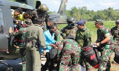Jajaran TNI mengevakuasi korban tindak kekerasan kelompok kriminal separatis bersenjata (KKSB) di Kampung Aroanop, TImika, Papua. (Foto: Kodam 17 Cenderawasih)