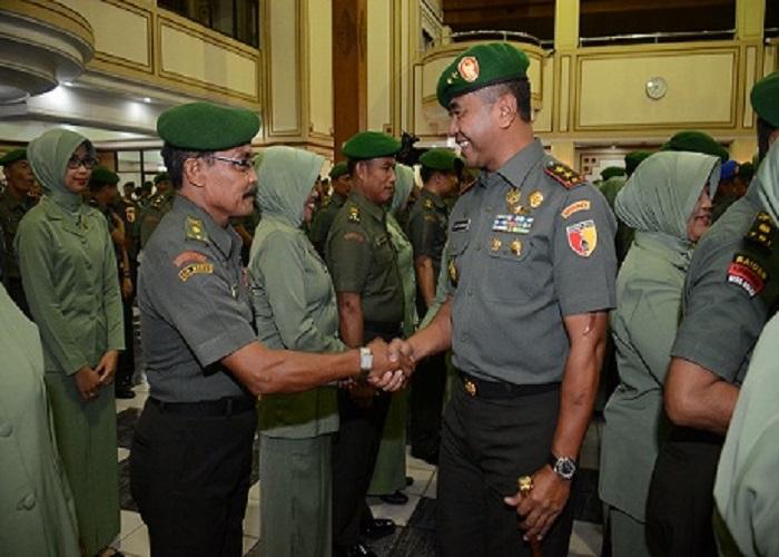 Panglima Kodam V Brawijaya Mayjen TNI Arif Rahman menyalami perwira yang dinyatakan naik pangkat. (Foto: Istimewa)