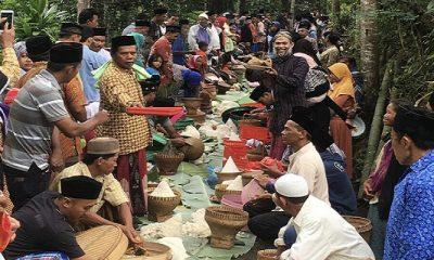 Anutusiasme masyarakat Kajeran, Pendowo, Kranggan,Temanggung, Jawa Tengah saat ritual Sadranan di sekitar Pemakaman Umum (TPU), Jumat (20/4/2018). (Foto: Edy Santri/NusantaraNews)