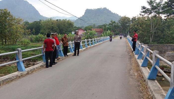 Pemkab dan Polres Ponorogo mensurvei jembatan pasca ambruknya jembatan Widang penghubung Tuban dengan Lamongan beberapa waktu lalu. (Foto: Muh Nurcholis/NusantaraNews)