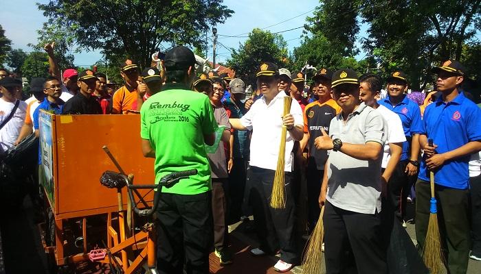 Pasukan massa perhutani terlibat aksi peduli lingkungan dengan bawa sapu lidi bersihkan sampah di kawasan wisata Purwakarta Jabar. (Foto: Fuljo/APH/NusantaraNews)