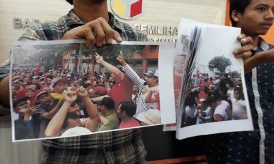 Perwakilan pemilih milenial Bagus Balghi melaporkan pasangan Gus Ipul-Puti ke Bawaslu atas dugaan pelanggaran kampanye. (Foto SetyaNusantaraNews)