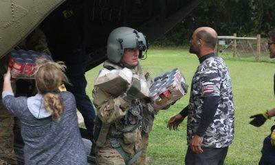 Seorang prajurit dari Divisi Infanteri ke-25 membantu warga di Pulau Hawaii, 17 April 2018. (Foto: Sersan Keith Anderson)