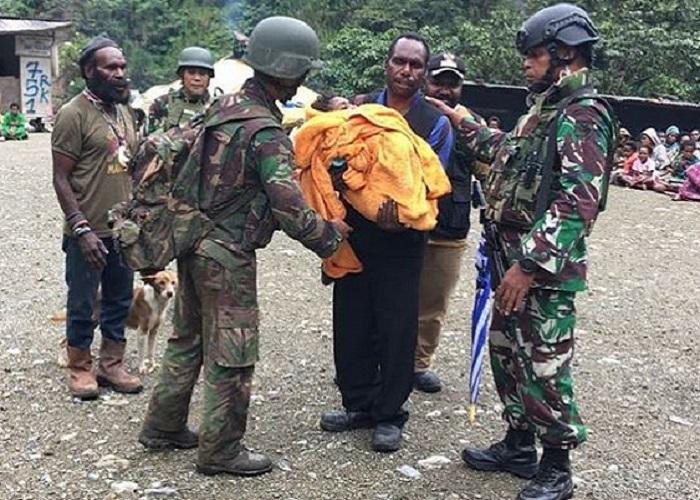Prajurit TNI menyelamatkan bayi yang hendak dibakar Tentara Pembebasan Nasional Papua Barat (TPNPB) di Utikini, Papua. (Foto: Puspen Kodam XVII/Cendrawasih)
