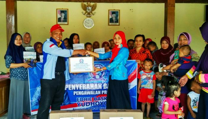 Relawan Ibas didampingi Korkab EBY Ponorogo menyampaikan bantuan sosial di Ponroog, Jawa Timur, Senin (16/4/2018). (Foto: Muh Nurcholis/NusantaraNews)