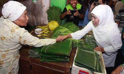 Sebelum debat publik kandidat Gubernur Jawa Timur, Khofifah Indar Parawansa menyempatkan diri kunjungi pasar Wadung Asri Waru Sidoarjo, Selasa (1042018). (Foto SetyaNusantaraNews)