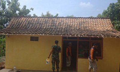 Seorang warga di Kabupaten Tuban mengucapkan syukur sekaligus terimakasih kepada jajaran TNI yang telah merehab rumahnya yang tergolong sudah tak layak huni, Rabu (18/4/2018). (Foto: Istimewa/NusantaraNews)