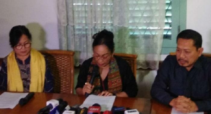Sukmawati minta maaf kepada umat Islam diiringi isak tangis saat menggelar konferensi pers di kawasan Cikini, Menteng, Jakarta Pusat, Rabu (4/4/2018). (FOTO: Istimewa)