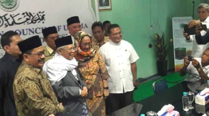 Sukmawati Soekarno Putri didampingi Kiai Ma'ruf dan Pengurus MUI lainnya. (FOTO: ISTIMEWA)