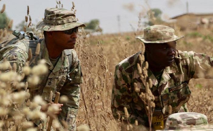 Tentara AS (kiri) melatih tentara Nigeria selama latihan di kompleks militer terpencil yang terletak sekitar 145 mil utara Abuja, Nigeria, 14 Februari 2018. (Foto: Kapten James Sheehan)