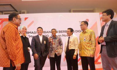 Direktur Enterprise and Business Service Telkom Dian Rachmawan (ketiga dari kiri) didampingi EVP Divisi Enterprise Service Telkom Siti Choiriana (kedua dari kiri) dan Dirut telkomsigma Judi Achmadi (paling kanan) saat berbincang-bincang dengan Dirut Bank BPD DIY Bambang Setiawan (paling kiri), Staf Ahli Direksi Bagian Syariah & Manajemen Resiko LPPI Edy Setiady (keempat dari kiri), Senior Executive Analyst for Deputy Commisioner of Banking Supervisor IV OJK Roberto Akyuwen, Dirut Bank Sumut Edie Rizliyanto di sela-sela event bertajuk Transformasi Perbankan Berbasis Digital di Hotel Pullman Thamrin Jakarta, Kamis (12/4). (Foto: Istimewa)
