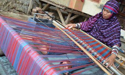 Perempuan Suku Mbojo Tampak Tengah Menunun (Foto Istimewa)