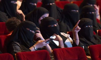 Para wanita Arab Saudi menikmati bioskop di pusat budaya di Riyadh, kesempatan yang sangat langka dalam 35 tahun terakhir. (Foto: AFP/Fayez Nureldine)
