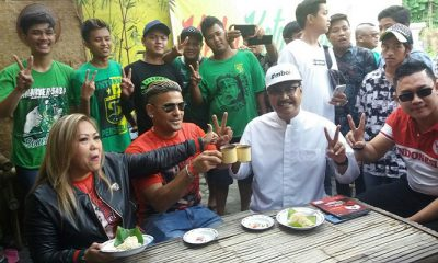Calon Gubernur Jawa Timur nomor urut 2, Saifullah Yusuf (Gus Ipul) Ngopi Bareng bersama Cristian Gonzales di D'Bungkul Surabaya, Kamis (19/4/2018). (Foto: Setya/NusantaraNews)