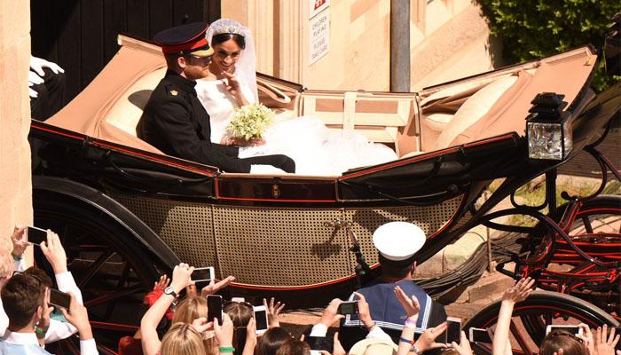Pangerah Harry dan Menghan naik kereta kencana usai melangsungkan mengucapkan ikrar janji pernikahan. (FOTO: NUSANTARANEWS.CO/By @IanLongthorne)