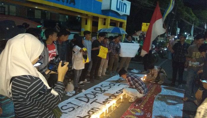 Aksi Doa dan Solidaritas MCD untuk Korban Bom Bunuh Diri di Tiga Gereja. (FOTO: NUSANTARANEWS.CO/Nur Cholish Hasan)