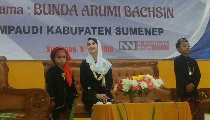 Arumi Bachsin saat mengisi acara seminar di Sumenep Madura. (FOTO: NUSANTARANEWS.CO/Mahdi)