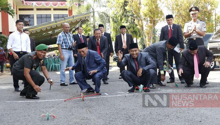 Bupati dan Wakil Bupati Sumenep membuka secara simbolis permainan budaya berbasis lokal rap-kerraban. (FOTO: NUSANTARANEWS.CO)
